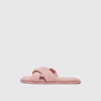 حذاء غرفة نوم بتفاصيل مخمليّة وأحزمة متقاطعة