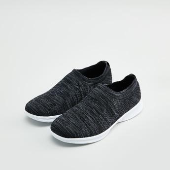 حذاء رياضي سهل الارتداء بملمس بارز وحواف مضلعة