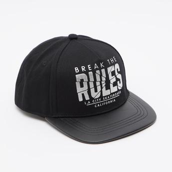 قبعة بيسبول بطبعات نصية