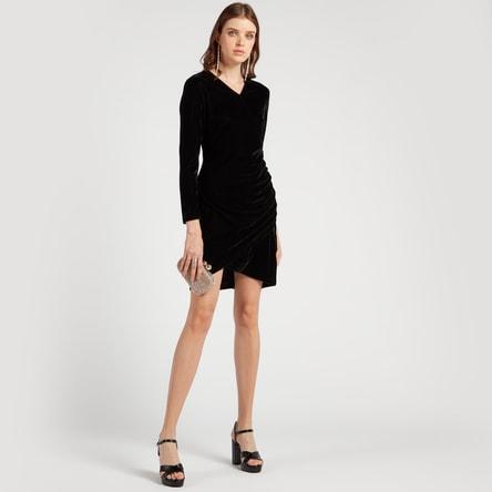 فستان بارز الملمس بأكمام طويلة وكسرات وياقة V