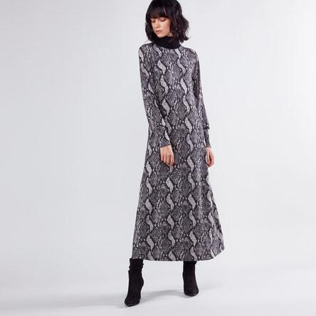 فستان طويل بارز الملمس بقصّة إيه لاين وياقة مستديرة ضيقة وأكمام طويلة