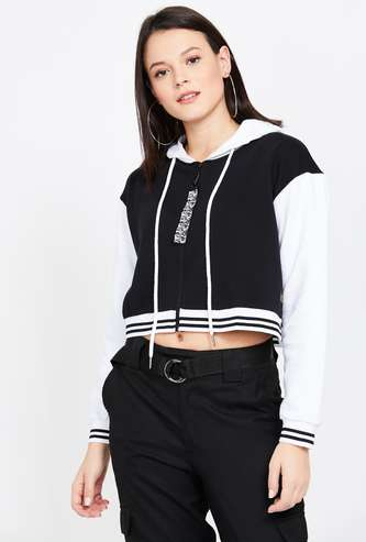 CAMPUS SUTRA Colourblock Hooded Cropped Sweatshirt