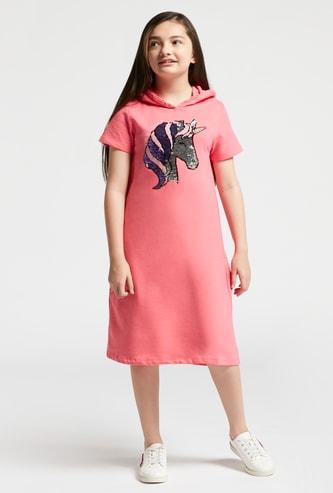 فستان رياضي بتفاصيل ترتر يونيكورن وقبّعة وأكمام قصيرة