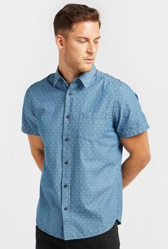 قميص بطبعات  وأكمام قصيرة وجيب على الصّدر