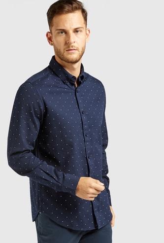 قميص بأكمام طويلة وياقة عادية بأزرار وطبعات