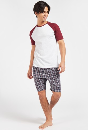 Solid Raglan Sleeves T-shirt with Checked Shorts Set