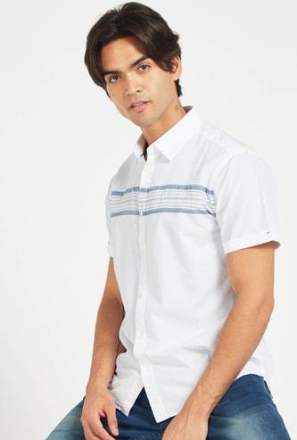قميص مقلّم بياقة عادية وأكمام قصيرة