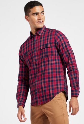 قميص مربّعات بأكمام طويلة وجيب على الصدر
