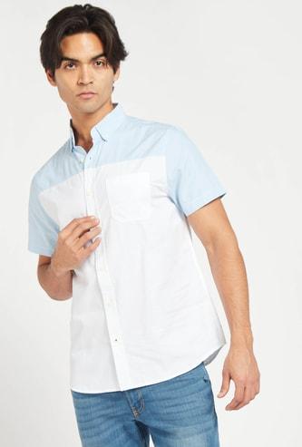 قميص بلونين بياقة عادية وأكمام قصيرة وجيب خارجي