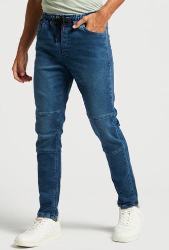 بنطلون جينز سكيني فيت بارز الملمس بخصر متوسّط الارتفاع ورباط إغلاق