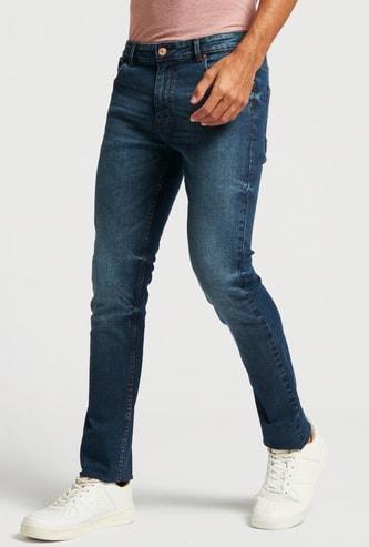 بنطلون جينز سادة بقصّة سكيني بخصر متوسّط الارتفاع وجيوب وحلقات حزام