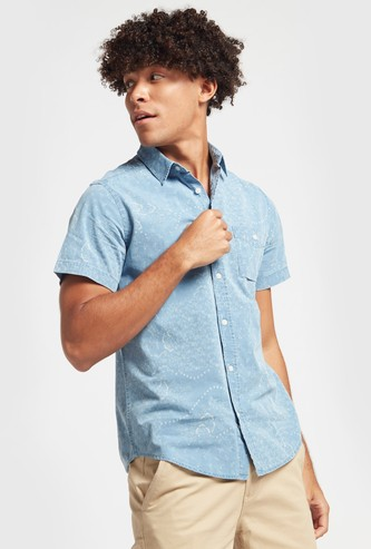 قميص بأكمام قصيرة وطبعات بيزلي عليه بالكامل