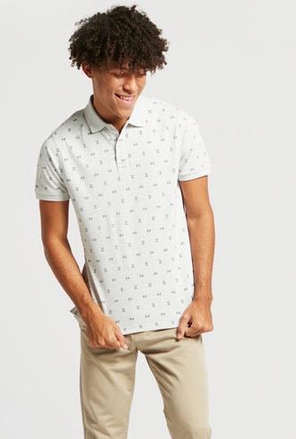 قميص بولو بأكمام قصيرة وطبعات عليه بالكامل