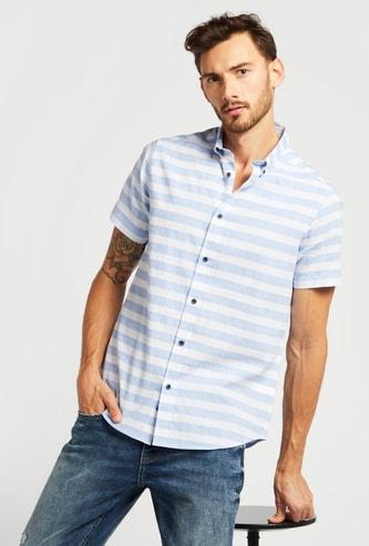 قميص مقلّم بأكمام قصيرة وياقة بزر سفلي