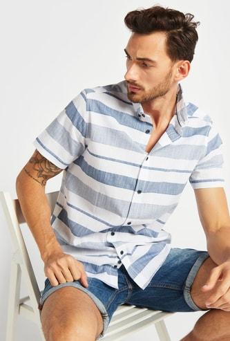 قميص مقلّم بأكمام قصيرة ووصلة أزرار متكاملة