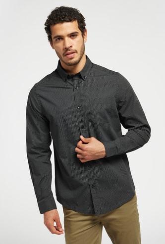 قميص بطبعات وياقة بزر سفلي وأكمام طويلة