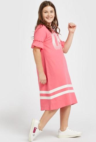 فستان بأكمام قصيرة وتفاصيل كشكشة وطبعات رقمية
