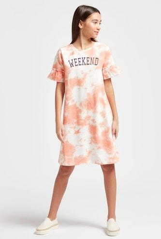 فستان بطبعات وياقة مستديرة وأكمام كشكش