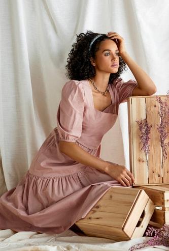 فستان سادة ميدي متعدّد الطبقات بأكمام قصيرة منفوخة