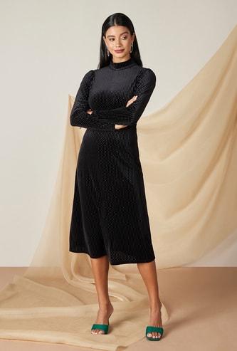 فستان ميدي إيه لاين بارز الملمس بياقة عالية وأكمام طويلة