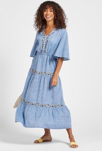 فستان ماكسي بتطريز أزهار وأكمام قصيرة وأربطة