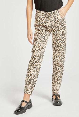 بنطلون جينز بطبعات حيوانات وتفاصيل جيوب وعراوي حزام