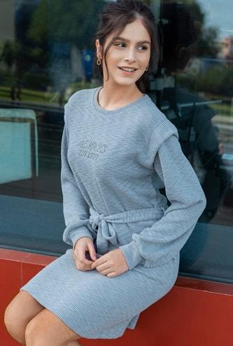 فستان قصير واسع مطرز بأكمام طويلة وحزام