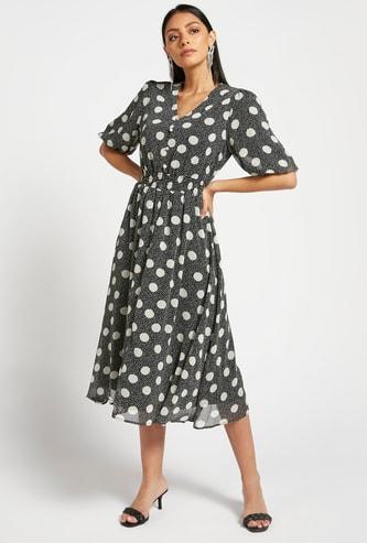 فستان ميدي بياقة V وأكمام قصيرة وطبعات بالكامل