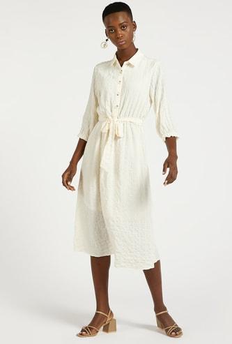 فستان قميص ميدي بارز الملمس بأكمام 3/4 وأربطة