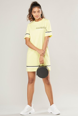فستان ميني بياقة مستديرة وأكمام قصيرة وطبعات جرافيك