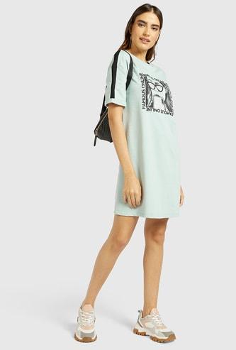 فستان تيشيرت قصير بياقة مستديرة وأكمام قصيرة وطبعات جرافيك