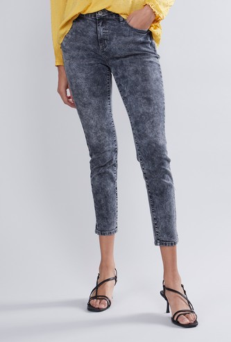 بنطلون جينز سكيني قصير بخصر متوسط الإرتفاع  وجيوب