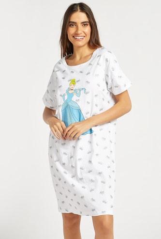 قميص نوم بياقة مستديرة وأكمام قصيرة وطبعات جرافيك سندريلا