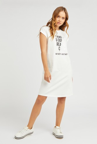 فستان واسع بأكمام كاب وطبعات شعار تايبوجرافيك