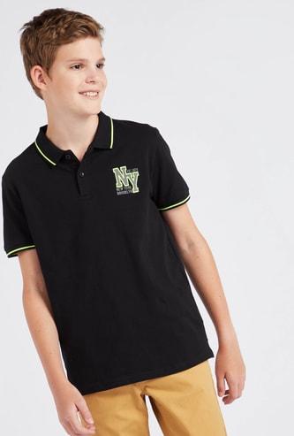 قميص بولو مطرّز بياقة عادية وأكمام قصيرة