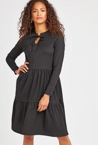 فستان ميدي متعدد الطبقات مع ياقة عالية مموجة