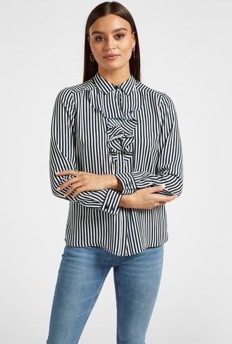 قميص مقلّم بتفاصيل كشكش وأكمام طويلة
