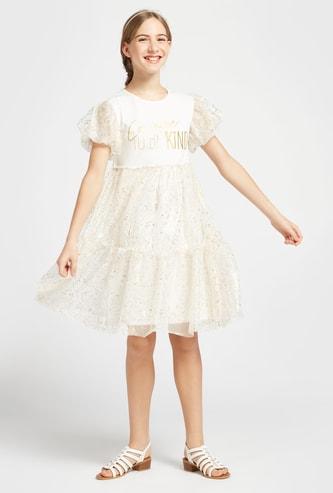 فستان بارز الملمس بياقة مستديرة وأكمام كاب