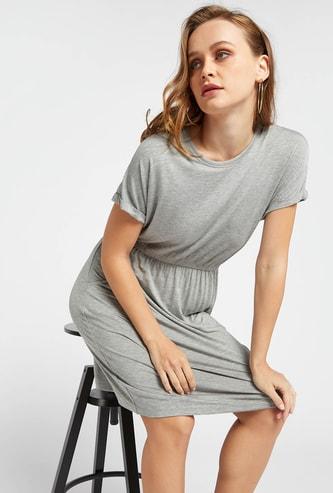 فستان سادة واسع بأكمام قصيرة وتفاصيل جيب