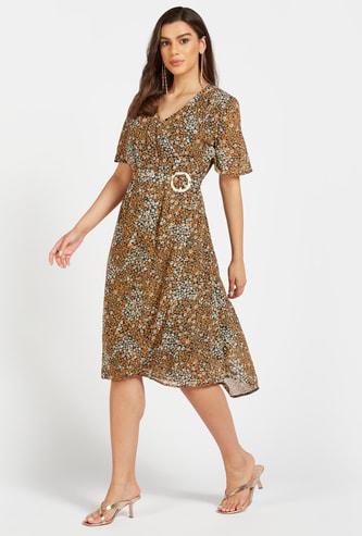 فستان ميدي ملفوف بياقة V وطبعات زهرية