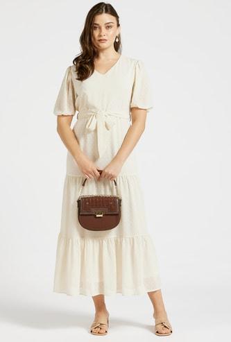 فستان بارز الملمس متعدد الطبقات طويل وأكمام منفوحة وحزام رباط
