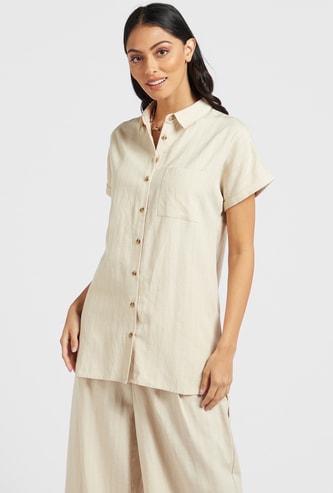 قميص بارز الملمس بأكمام قصيرة وحافة غير متساوية