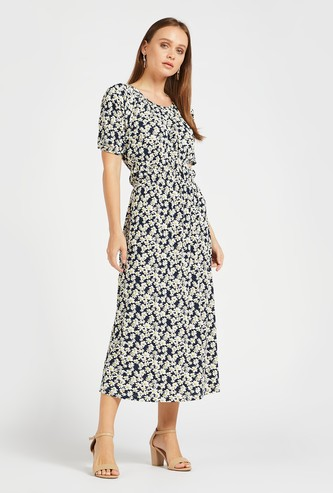 فستان ميدي إيه لاين بطبعات أزهار وياقة مستديرة وأكمام قصيرة