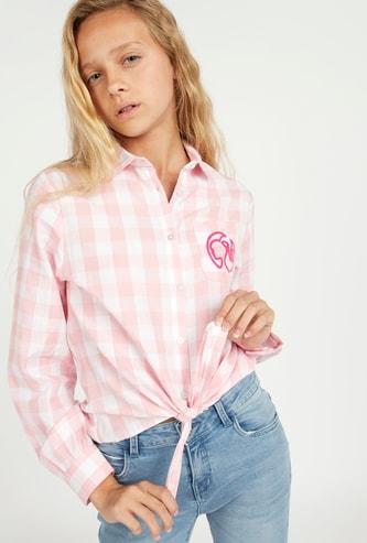قميص بياقة عاديّة وعقدة وطبعات باربي مربعات