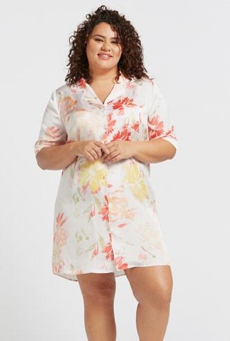 قميص نوم بياقة عاديّة وأكمام قصيرة وطبعات أزهار