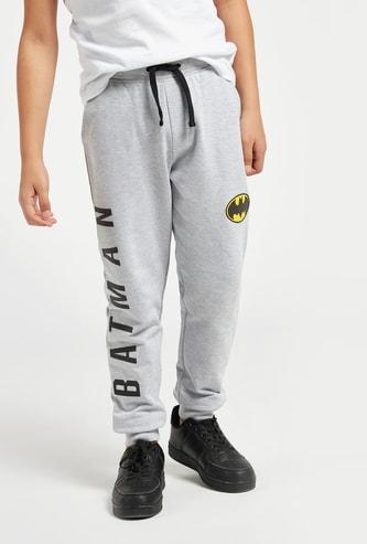 بنطلون رياضي بجيوب وطبعات باتمان وتفاصيل شعار