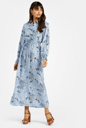 فستان طويل بياقة عاديّة وأكمام طويلة وطبعات