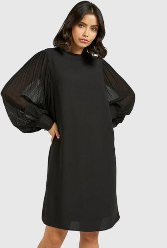 فستان قصير بياقة مكشكشة وأكمام بليسيه
