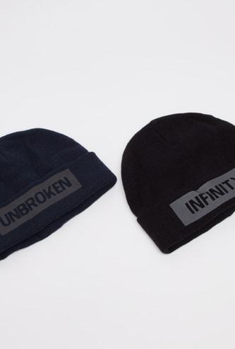 قبعة بيني بحافة مطاطية وبطبعات كتابية - طقم من قطعتين