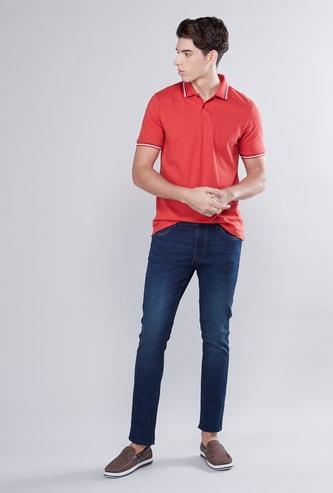 بنطلون جينز طويل بقصّة ضيّقة بجيوب وحلقات للحزام